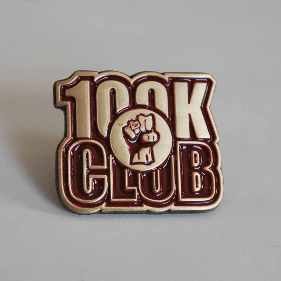 O pin de 100k que tenho para dar a cada membro da equipa que atinja esse rendimento pela primeira vez.